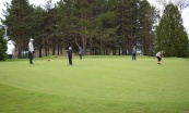 Les grands pratiquent leur putting